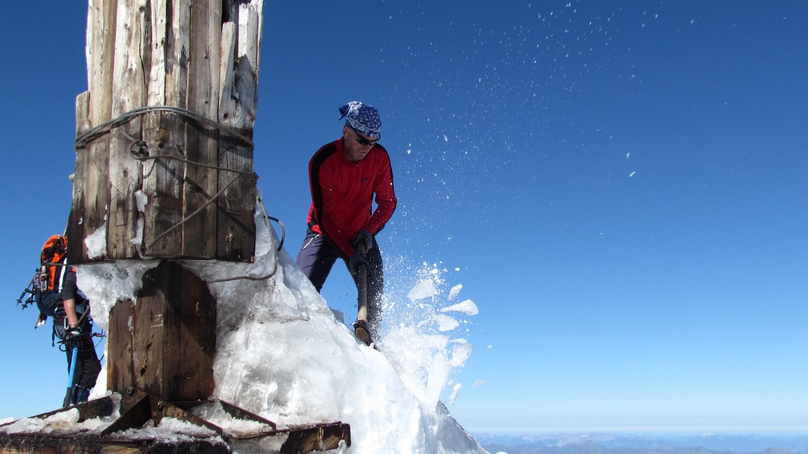 Arbeiten am Gipfelkreuz
